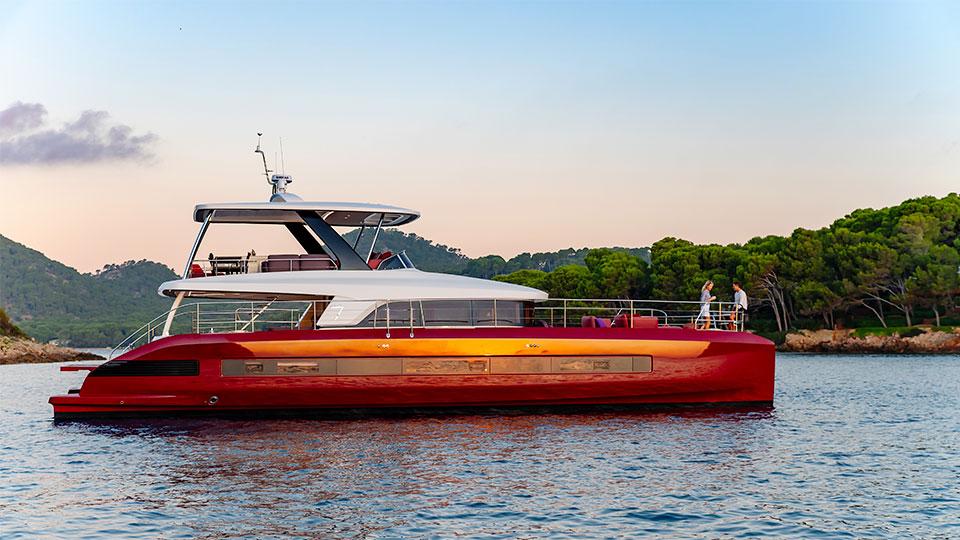 У моторного катамарана Lagoon SIXTY 7 очень красивый и современный силуэт