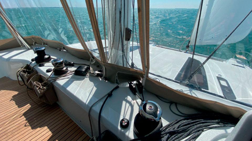 Под парусами флайбридж подвержен воздействию погодных условий